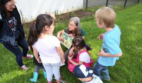 Praxisnah zeigte Frau Ehses den Naturkundlern mit weiteren Anschauungsmaterialien und Bildern wie spannend die Natur-Vielfalt ist