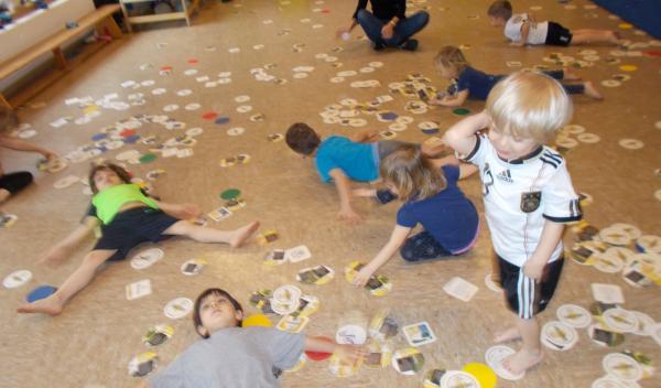 Chaos in der Turnhalle. Eine Bewegungsstunde mit den Kindern.