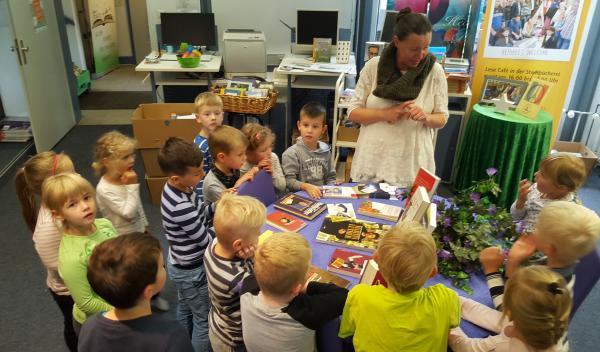 Die SchultütenClub-Kinder besuchen die Bücherei der Stadt Gevelsberg